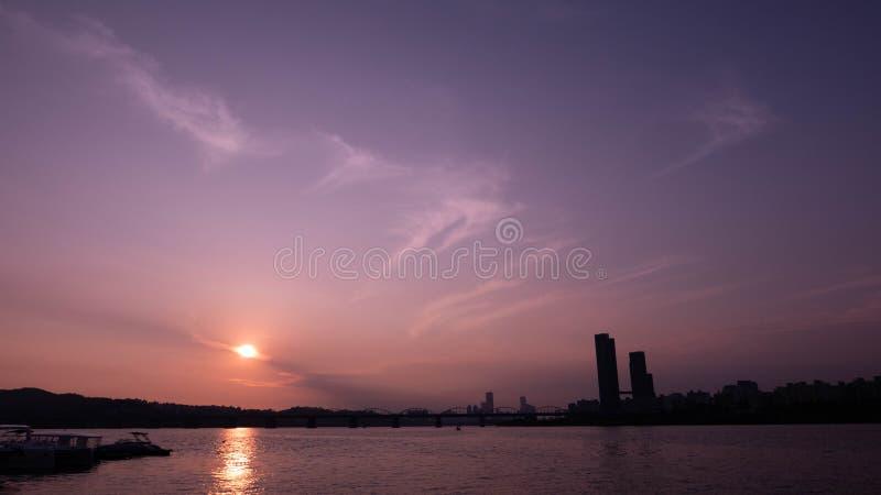 Dramatyczny fiołkowy zmierzch Han rzeka, Seoul zdjęcie royalty free