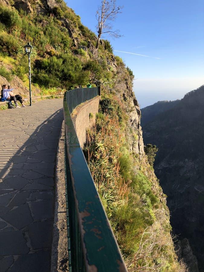 Dramatyczny góra krajobraz z dwa ludźmi podziwia widok obrazy royalty free