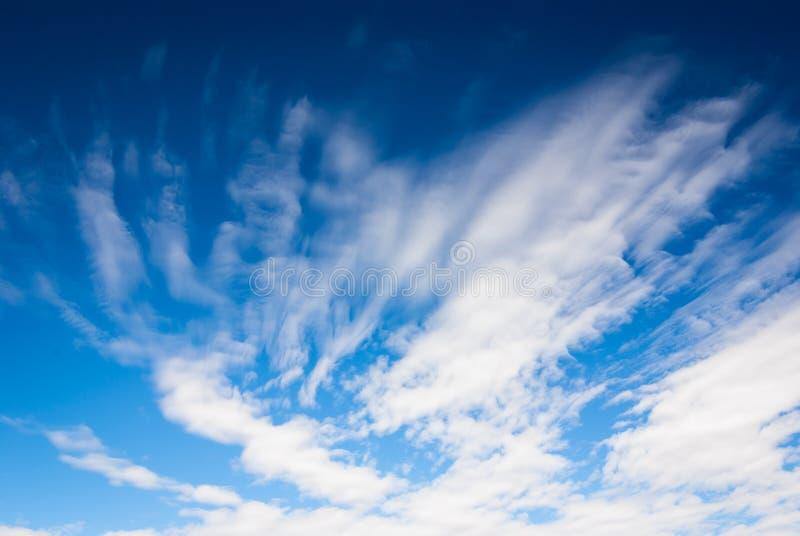 Dramatyczny głęboki niebieskie niebo z smugowatymi chmurami fotografia stock