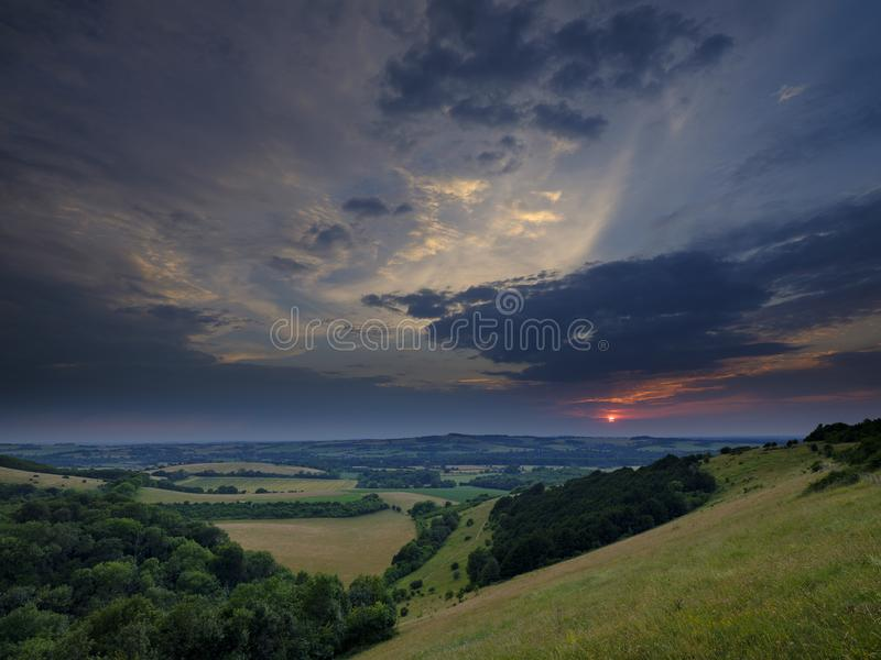 Dramatyczny lato zmierzch nad Beacon Hill od pobliskiego Starego Winchester wzg?rza na po?udnie Zestrzela, blisko Warnford w Meon obrazy stock