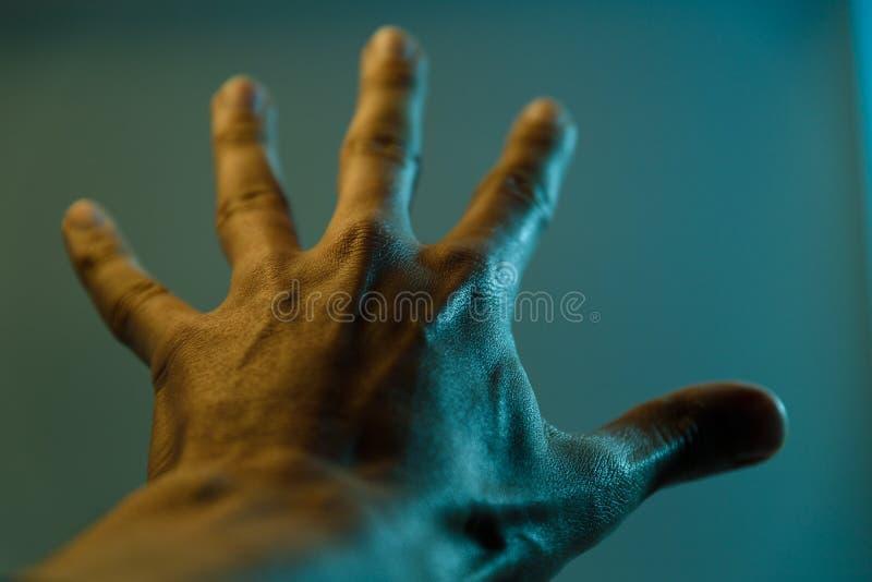dramatyczny man& x27; s ręka zdjęcie stock