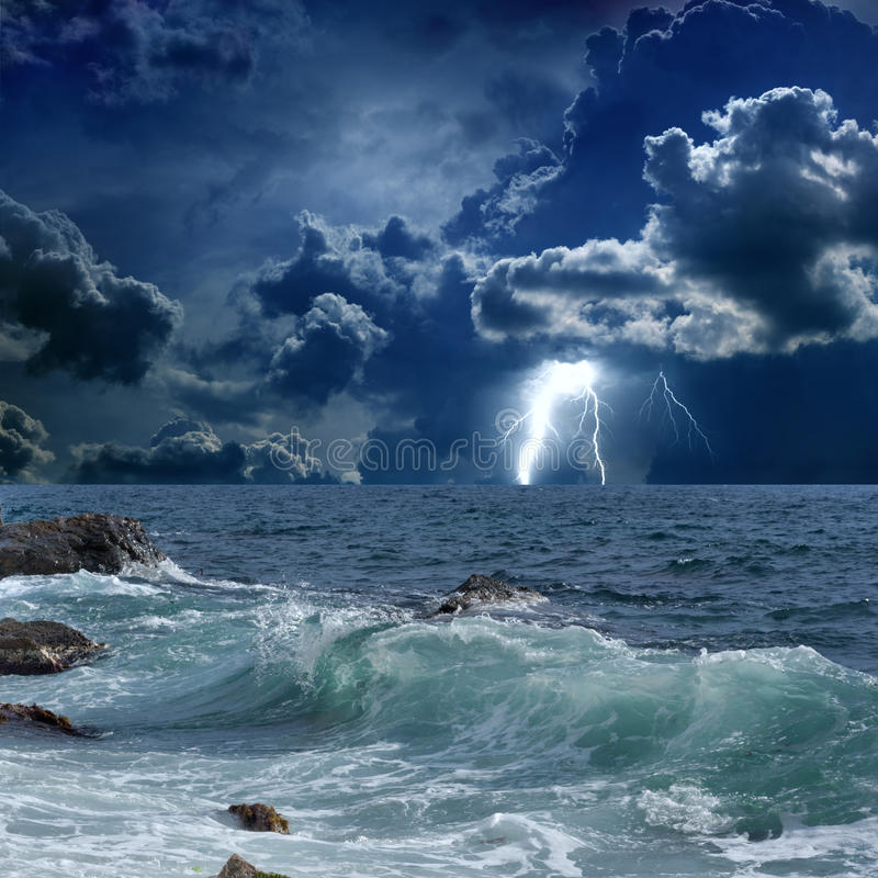 Burzowy morze, błyskawicy obrazy royalty free