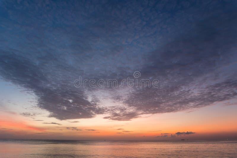 Dramatyczny nieba i chmur wschód słońca nad tropikalnym morzem w Phuket tajlandzkim zdjęcia royalty free