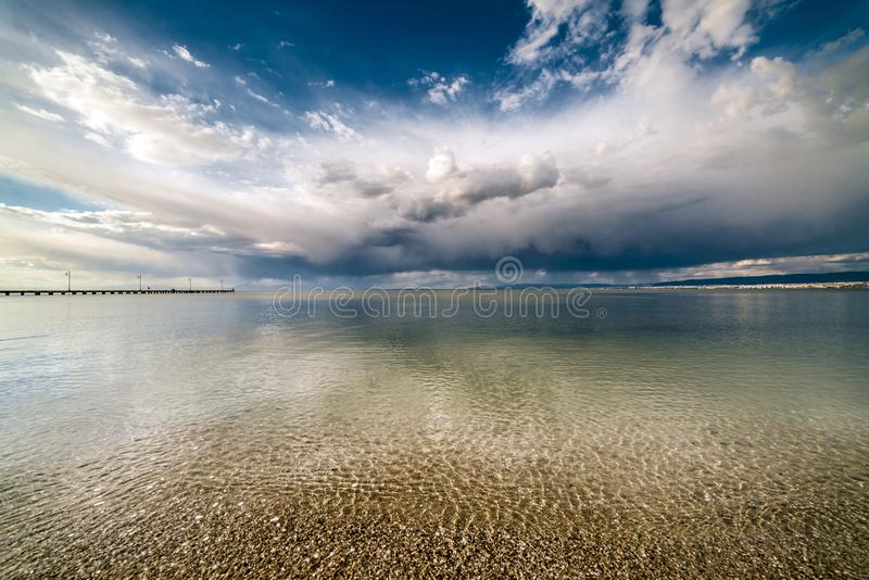 Dramatyczny niebieskie niebo i chmury nad oceanem fotografia stock