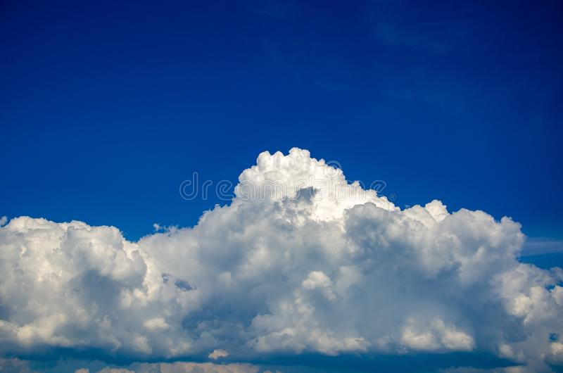 Dramatyczny niebieskiego nieba tło z białymi cumulus chmurami zdjęcie stock