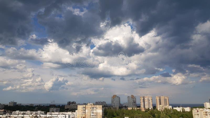 Dramatyczny niebo nad miastem Odessa Ukraina fotografia stock