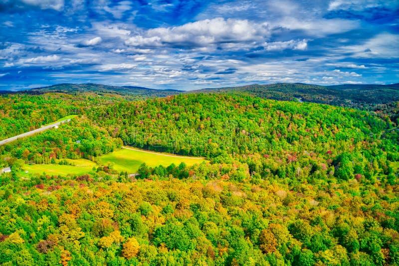 Dramatyczny niebo nad New Hampshire spadku ulistnieniem fotografia royalty free