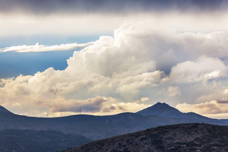 Dramatyczny niebo nad wysokimi górami obrazy stock