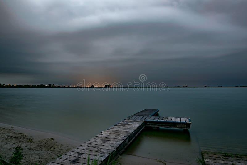 Dramatyczny niebo surowa lato burza zbliża się nad jeziorem w holandiach w wieczór obrazy royalty free