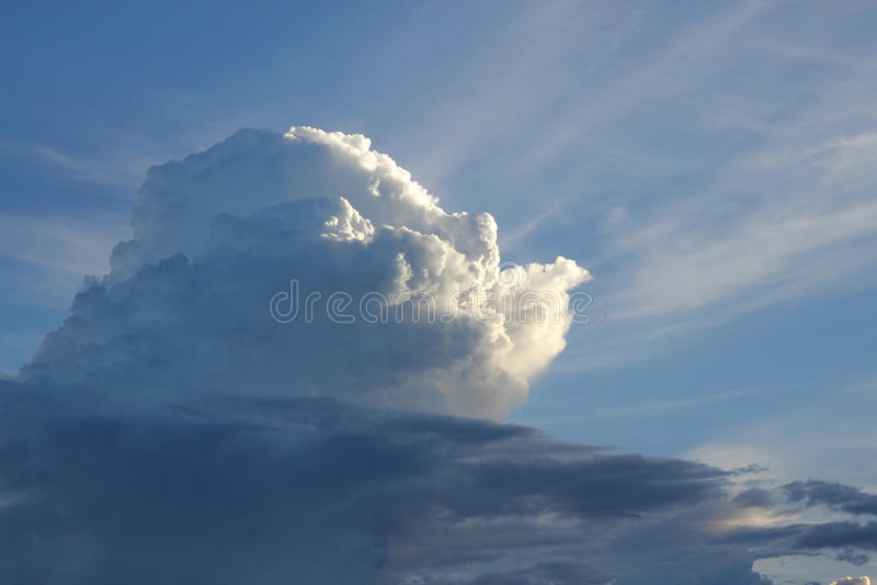 Dramatyczny niebo z burzowymi chmurami zdjęcie royalty free