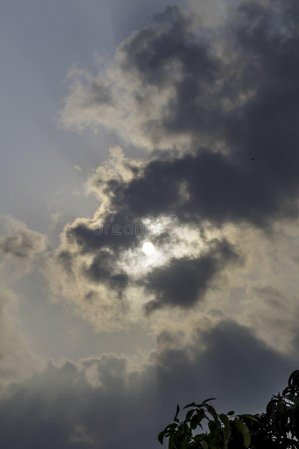 Dramatyczny niebo z burzowymi chmurami Calcutta India fotografia royalty free