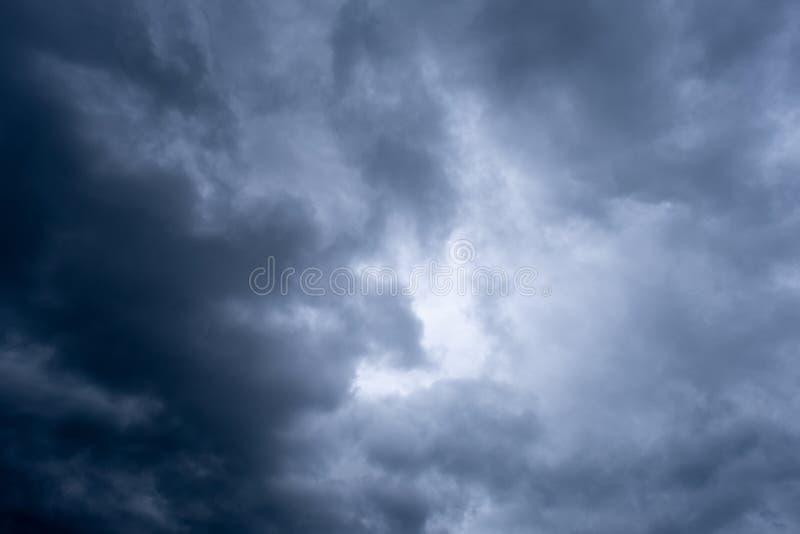 Dramatyczny niebo z chmurami, burzowy niebo fotografia royalty free