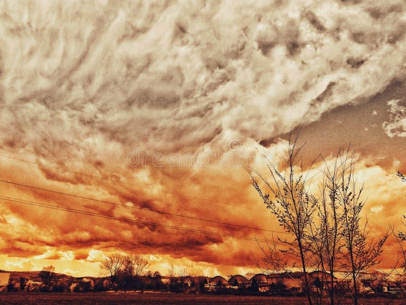 Dramatyczny niebo z nadchodzącą złą pogodą i czarnymi chmurami jako słońce iść przez chmur i tworzy cudownie kolorowego sk fotografia royalty free