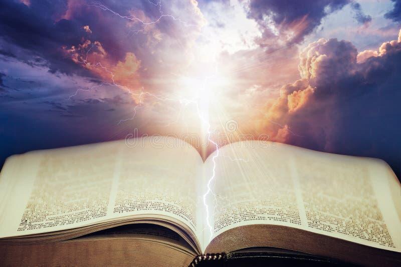 Dramatyczny niebo z otwartą biblią zdjęcie stock