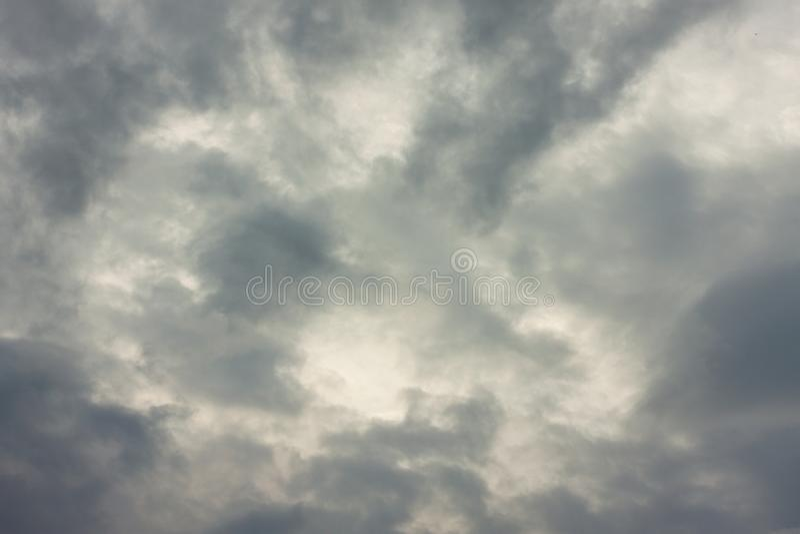 Dramatyczny niebo z popielatymi chmurami i światłem słonecznym zdjęcie royalty free