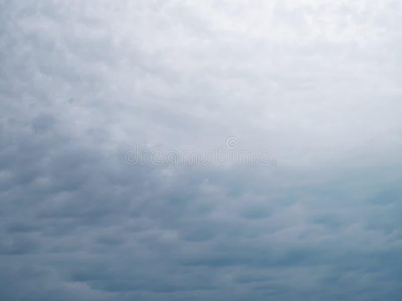 Dramatyczny niebo z zmrok popielatymi chmurami zdjęcia royalty free