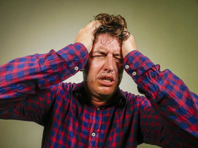 Dramatyczny odosobniony portret m?ody m??czyzny cierpienia niepokoju kryzys i depresja problemu krzycze? desperacki i zaakcentowa fotografia stock