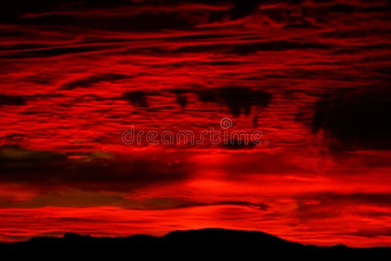 Dramatyczny ognisty burzy niebo obrazy stock