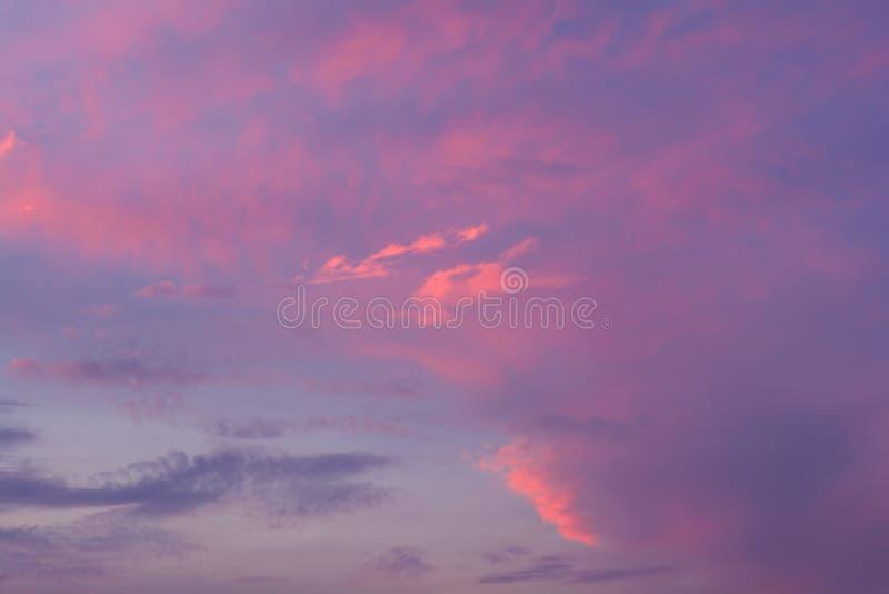 Dramatyczny ognisty zmierzchu niebo w miksturze fiołek, menchie, pomarańcze i czerń kolory, obrazy stock