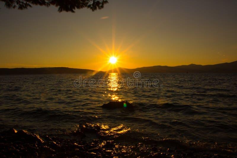 Dramatyczny pi?kny zmierzch na morzu Zadziwiaj?cego wiecz?r naturalny krajobraz zdjęcia royalty free