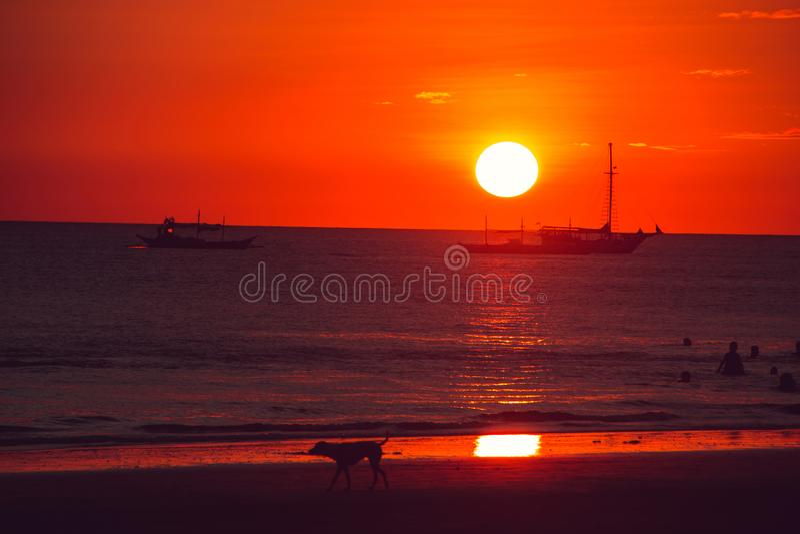 Dramatyczny pomarańczowy niebo, zmierzchu czas Plażowy życie Podróż Filipiny Luksusowy tropikalny wakacje Boracay raju wyspa Natu obrazy stock