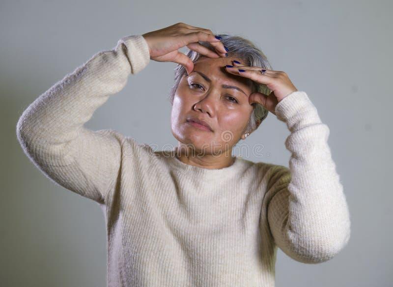 Dramatyczny portret atrakcyjna smutna, przygn?biona w ?rednim wieku Azjatycka kobieta p?acze i zdjęcia royalty free