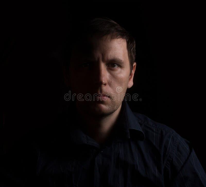 Dramatyczny portret mężczyzna w niskim kluczu obrazy stock