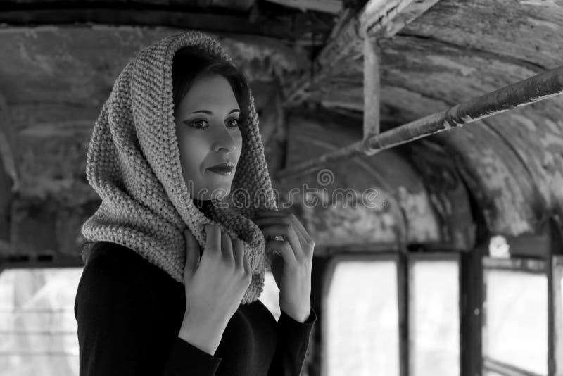 Dramatyczny portret młoda piękna dziewczyna Dziewczyna z przyjemnym pojawieniem smutnym spojrzeniem i Kreatywnie portret kobieta  fotografia royalty free