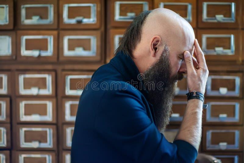 Dramatyczny portret zmęczony brodaty modnisia mężczyzna w stresie fotografia royalty free