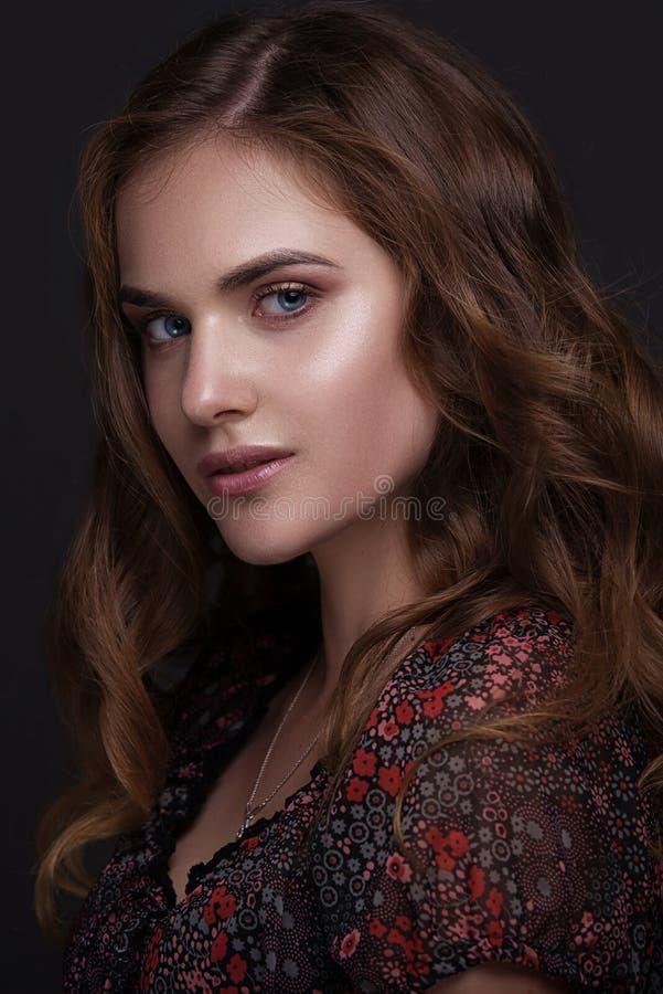 Dramatyczny pracowniany portret młoda piękna brunetki kobieta fotografia royalty free