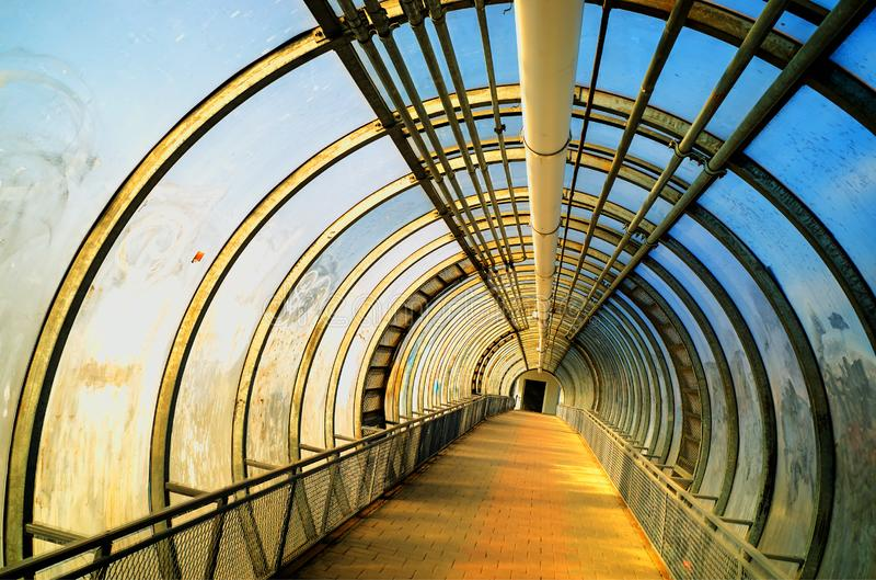 Dramatyczny przemysłowy tunelowy miasta tła hd zdjęcie royalty free