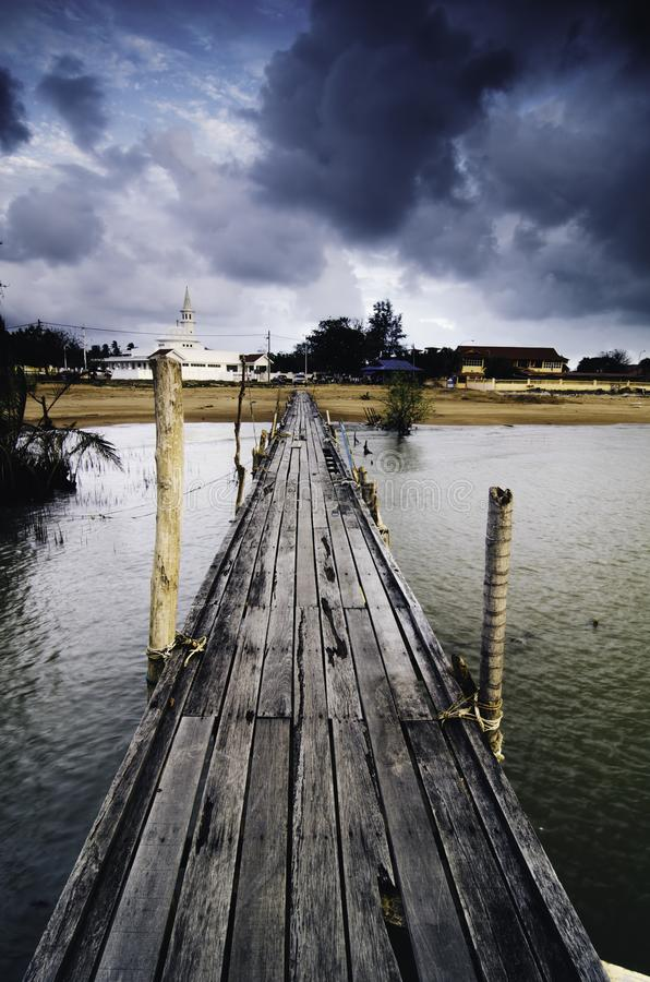 Dramatyczny ranek z zmrokiem chmurnieje przy drewnianym jetty obrazy royalty free