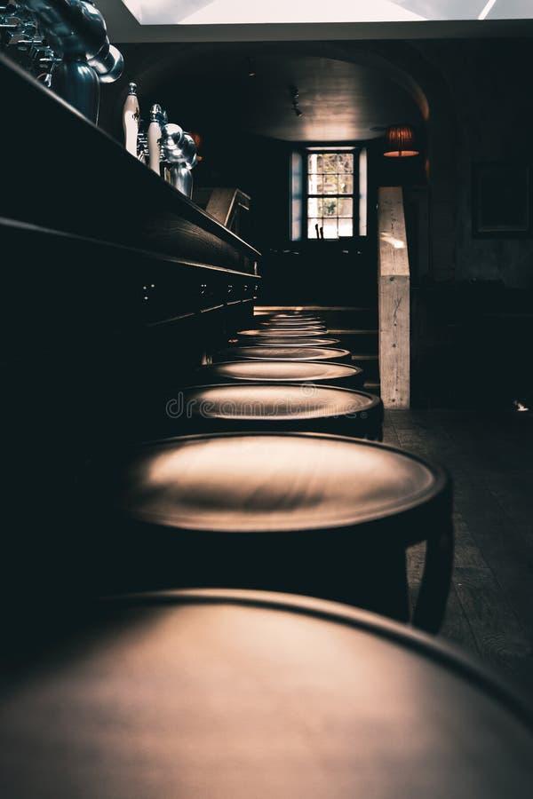 Dramatyczny strzał drewniane stolec przy barem stary Angielski pub w północy Anglia z rzędu obrazy stock