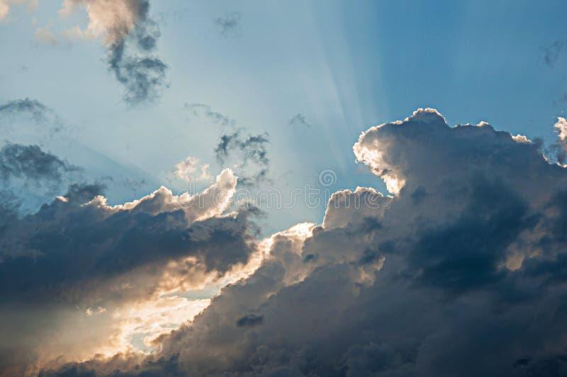 Dramatyczny widok niebieskie niebo z zmierzchu światłem przez chmur fotografia stock