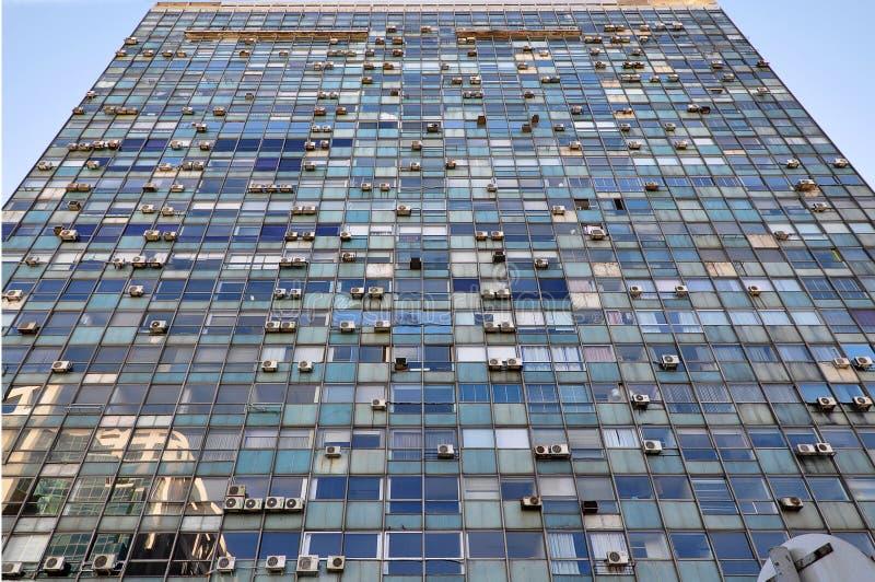Dramatyczny widok stara szklana budynek fasada z lotniczy uwarunkowywać jednostek wieszać zdjęcie stock