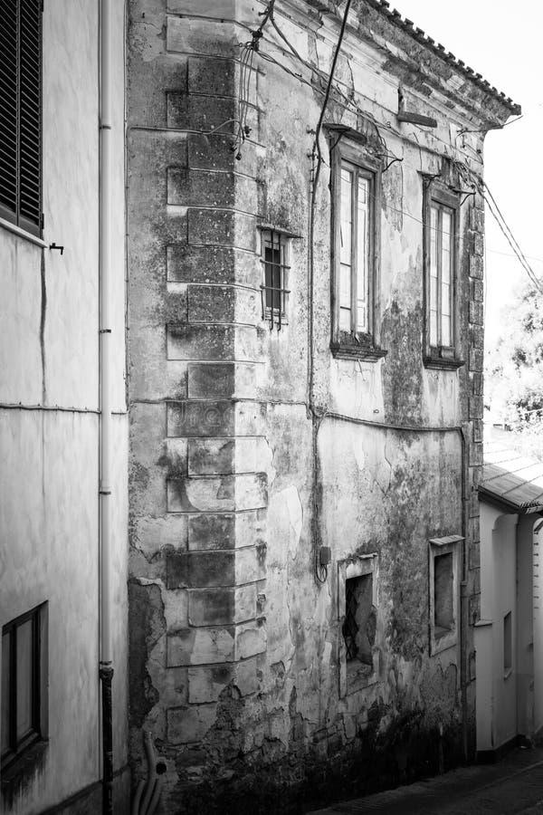 Dramatyczny widok z czarny i biały starą budynek ramą pionowo zdjęcie royalty free