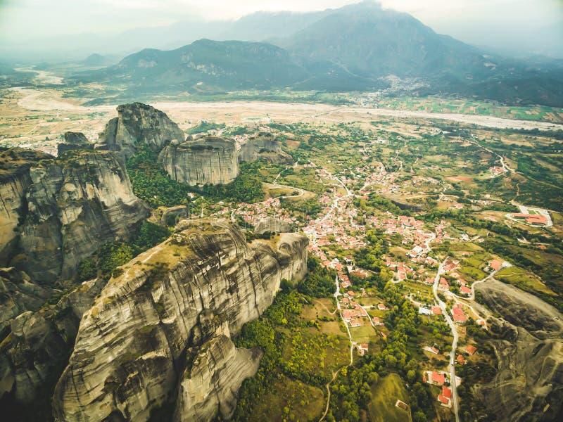 Dramatyczny widok z lotu ptaka Meteoru Kalambaki wn i monastery zdjęcie stock