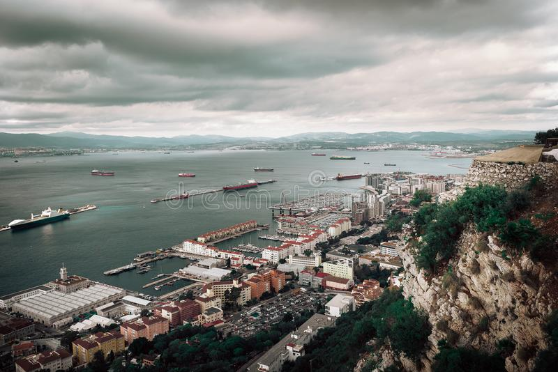 Dramatyczny widok z lotu ptaka na mieście i zatoce Gibraltar obraz stock