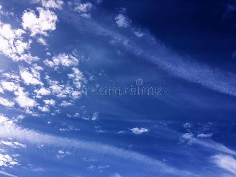 Dramatyczny widoku niebieskiego nieba biel chmurnieje naturalnego tło fotografia royalty free
