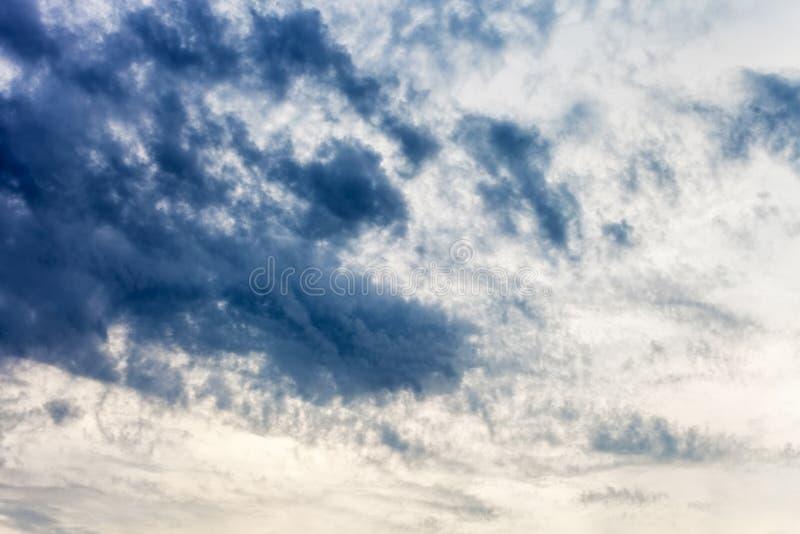 Dramatyczny wieczór niebo z błękitnymi chmurami zdjęcia royalty free