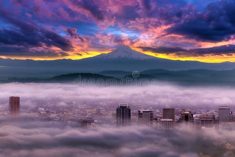 Dramatyczny wschód słońca nad Mgłowym W centrum Portland obraz royalty free