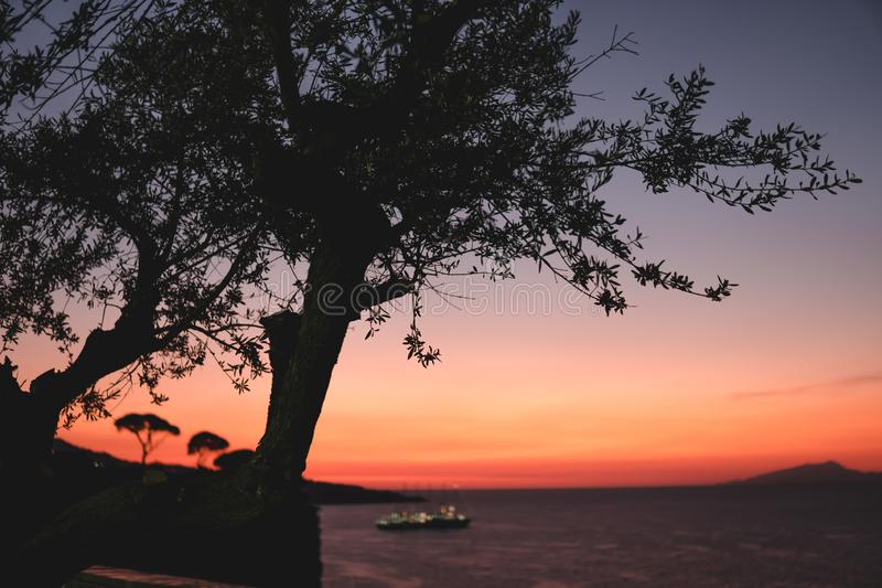 Dramatyczny zmierzch nad g?rami i morzem Sorrento zatoka W?ochy obrazy stock