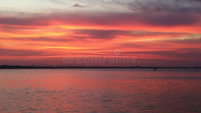 Dramatyczny zmierzch niebo i odbicie na morzu zdjęcia royalty free