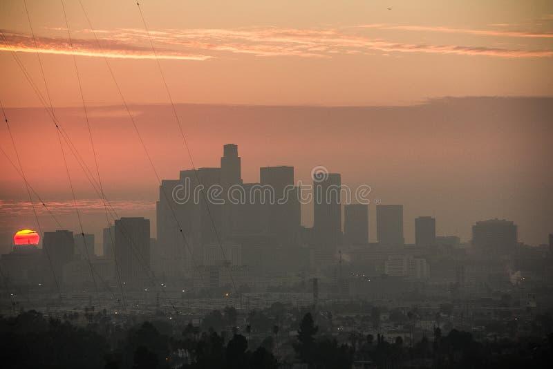Dramatyczny zmierzch przy Los Angeles śródmieścia linią horyzontu zdjęcie stock