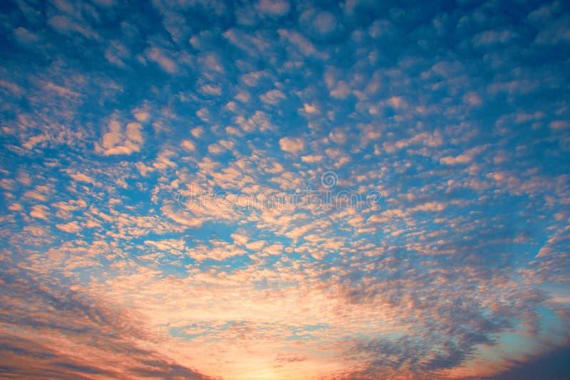 Dramatyczny zmierzchu nieba tło z ognistymi chmurami, kolorem żółtym, pomarańcze i menchia kolorami, obraz royalty free