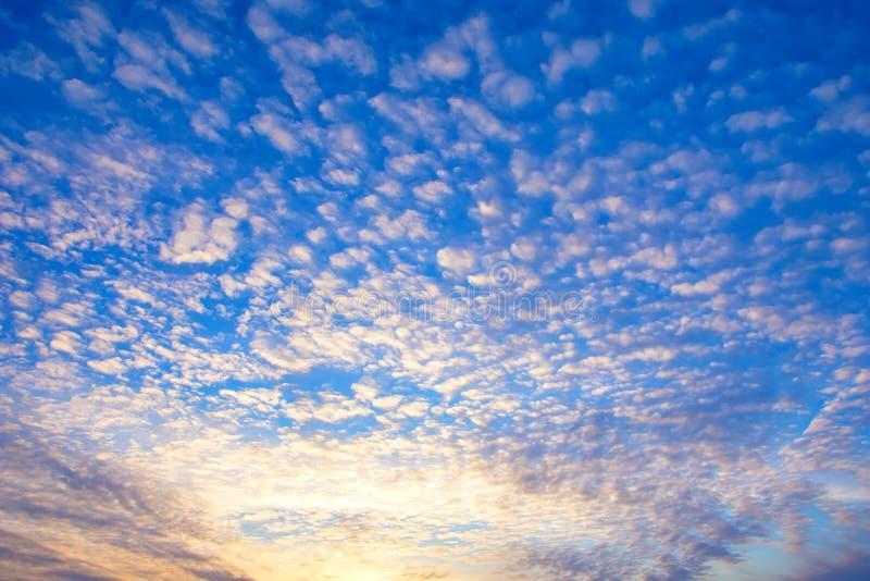 Dramatyczny zmierzchu nieba tło z ognistymi chmurami, kolorem żółtym, pomarańcze i menchia kolorami, obraz stock