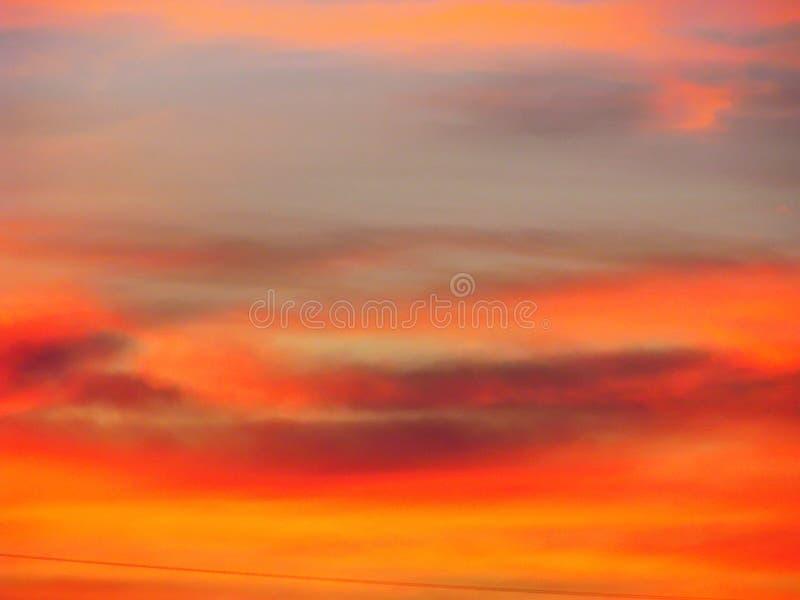 Dramatyczny zmierzchu nieba t?o z ognistymi chmurami, kolorem ? zdjęcie royalty free