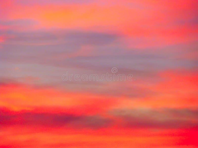 Dramatyczny zmierzchu nieba t?o z ognistymi chmurami, kolorem ? obrazy stock