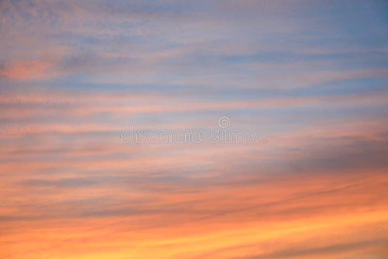 Dramatyczny zmierzchu nieba t?o z ognistymi chmurami, kolorem ? fotografia stock