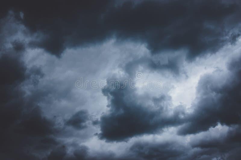 Dramatyczny zmrok - niebieskie niebo zdjęcie stock